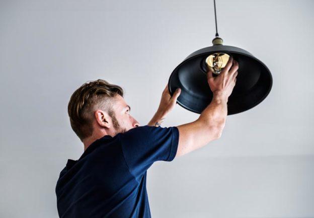hombre cambiando lampara